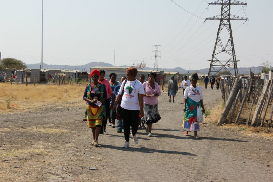 women walkabout 2014-08-12 13